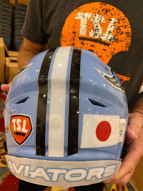ヘルメットの後ろには「日の丸」を貼った=撮影:佐藤敏基