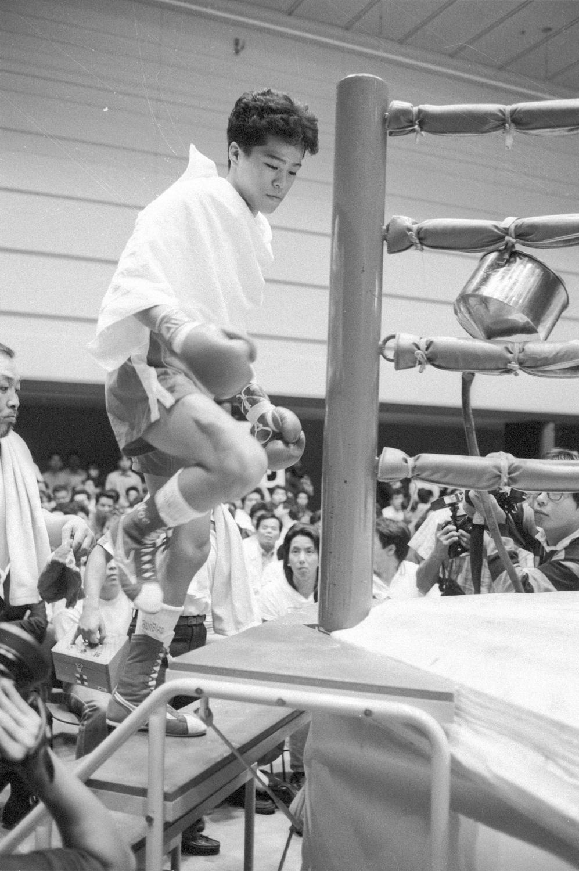 1989年9月29日=大阪府立体育館第二競技場 タオルを羽織っただけで入場、プロデビュー戦へ臨む。(vs崔相勉)