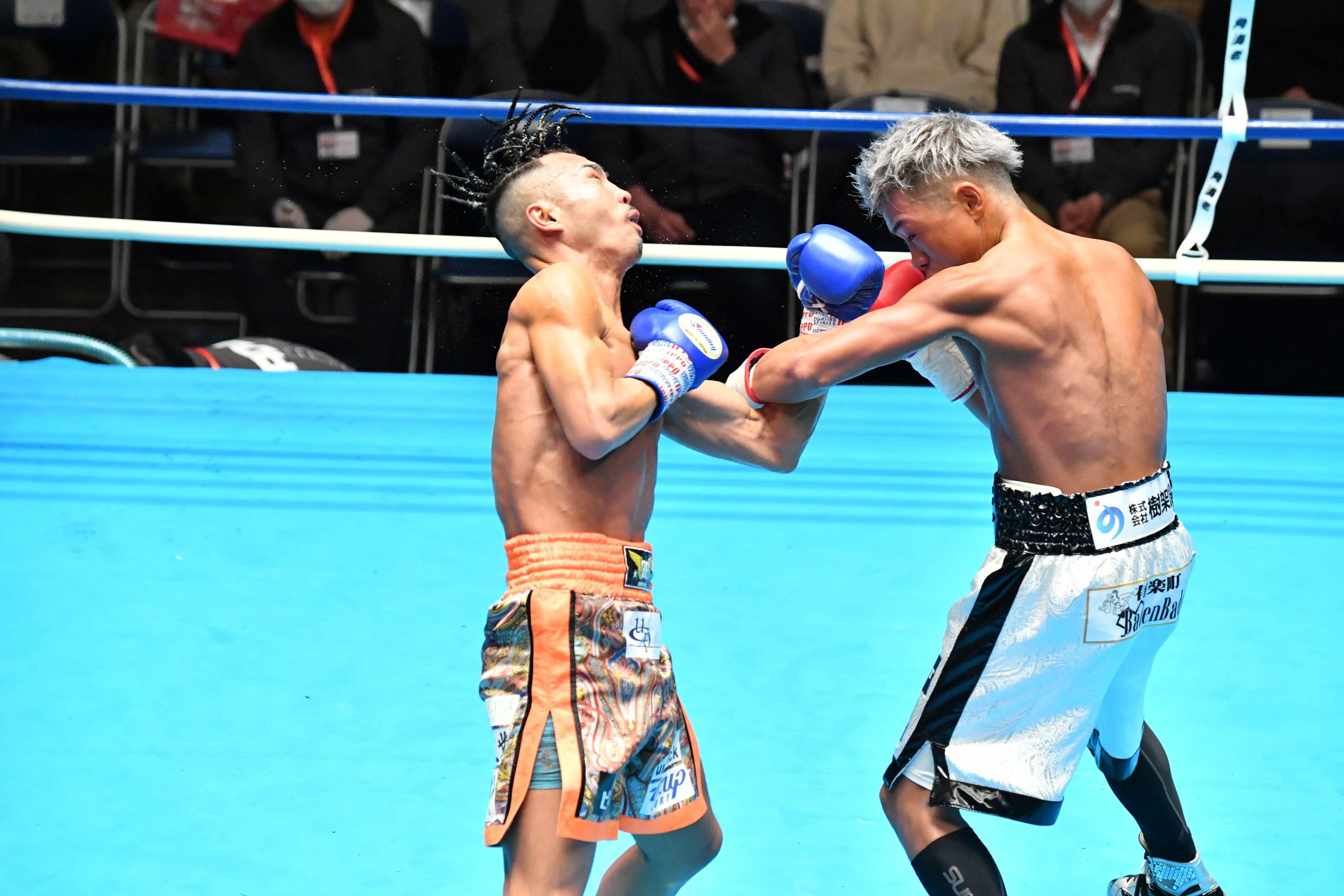 齊藤(右)の左フックがカウンターとなり、荒木はその場に崩れ落ちた