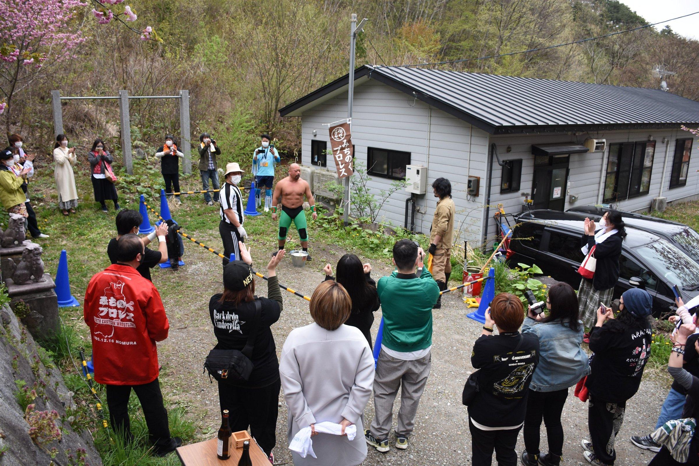 岩手の山奥にあるみちのく道場でおこなわれた狂乱のイベントに熱心なファンが集結