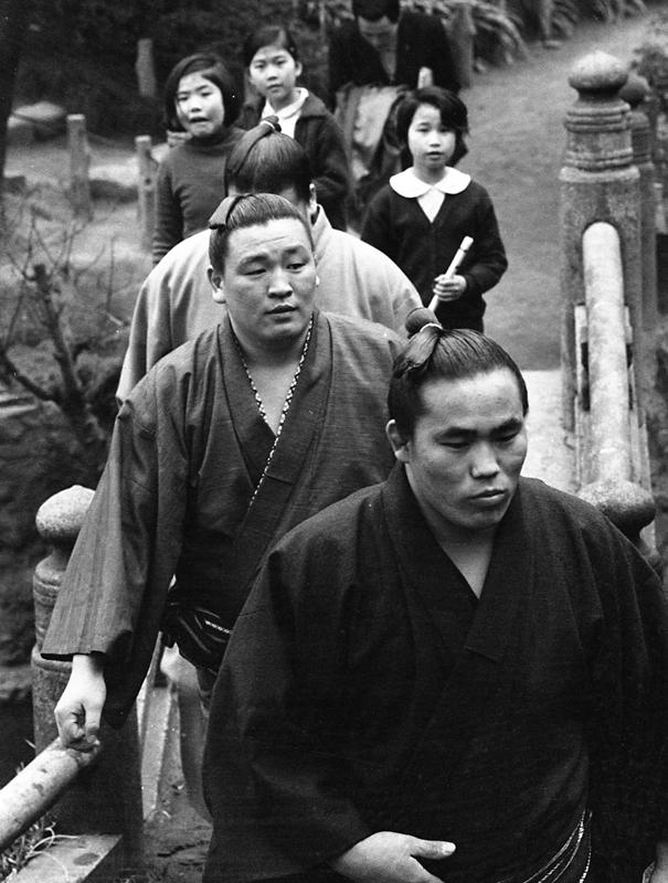 初土俵からの出世は旭國(前方)から差がついたが、十両昇進は同じ昭和44年春場所だった