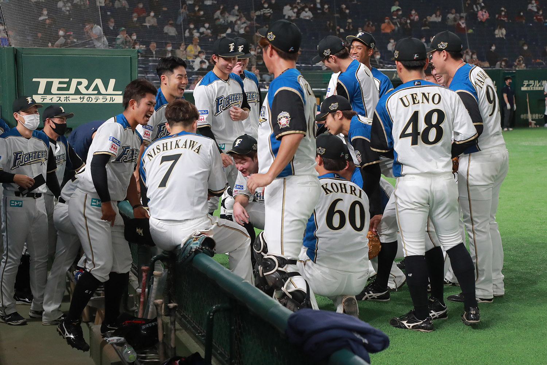 2021年4月16日 日本ハムvs楽天=東京ドーム 4月16日に一軍初昇格を果たした今川優馬は、昨年のドラフト6位で日本ハムに入団した外野手。試合前には円陣での「初」の声出しを任された(西川=背番号7=の左)。