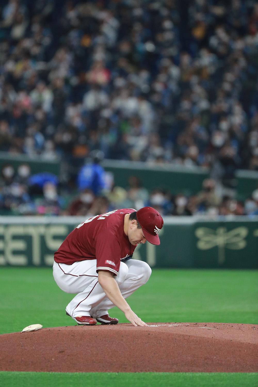 2021年4月17日 日本ハムvs楽天=東京ドーム 2013年の日本シリーズ第7戦(対巨人)以来、2722日ぶりとなる日本での公式戦マウンドに立った田中将大。投球練習に先立ち、プレートにそっと右手を置いた。