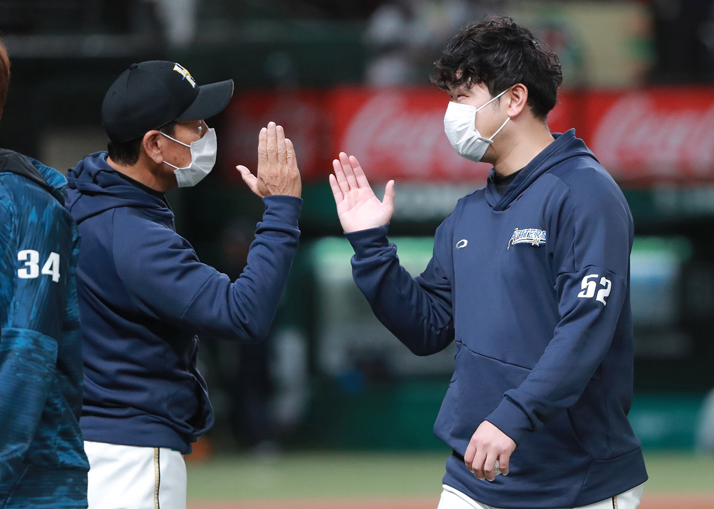 2021年4月13日 西武vs日本ハム=メットライフドーム 今年2月、トレードにより楽天から日本ハムに移籍した池田隆英(右)。4月13日の西武戦で先発し6回1失点と好投、新天地での「初勝利」を挙げ栗山監督と喜びを分かち合った。