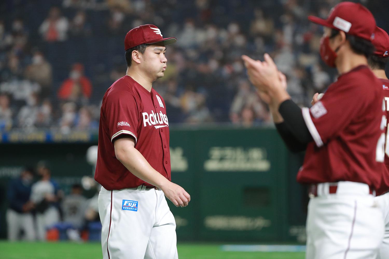 2021年4月17日 日本ハムvs楽天=東京ドーム 1回裏の投球を終えダグアウトに引き揚げる田中。フーッと大きく息を吐いた 。