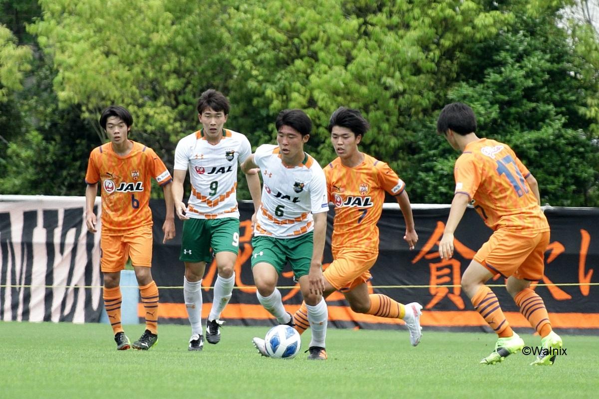 球際の攻防で優位に立った青森山田高校が清水エスパルスユースを3-1で下した(C)Walnix