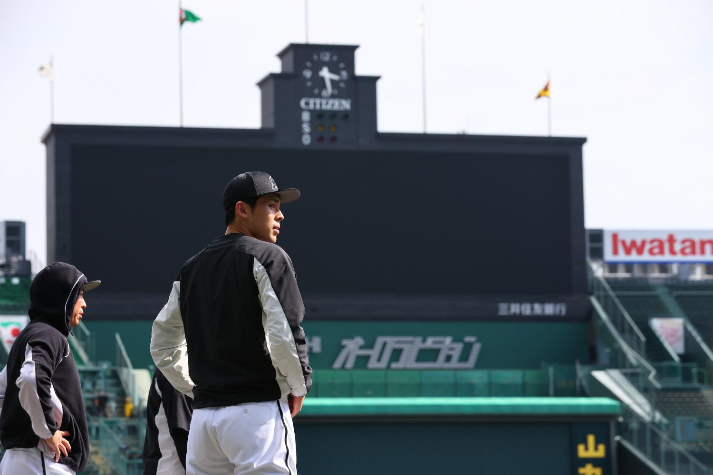 2021年5月25日=阪神甲子園球場 登板二日前に甲子園入りした佐々木投手。一挙手一投足をカメラに狙われます。同じくカメラに追われていた鳥谷選手が、「久しぶりだな、この感じ!」と言ってました!