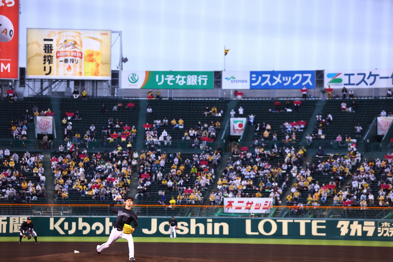 2021年5月27日=阪神甲子園球場 甲子園のマウンドで投げる佐々木投手。プロ初勝利を目指します。 緊急事態宣言下の甲子園。スタンドが満員じゃないのが残念!