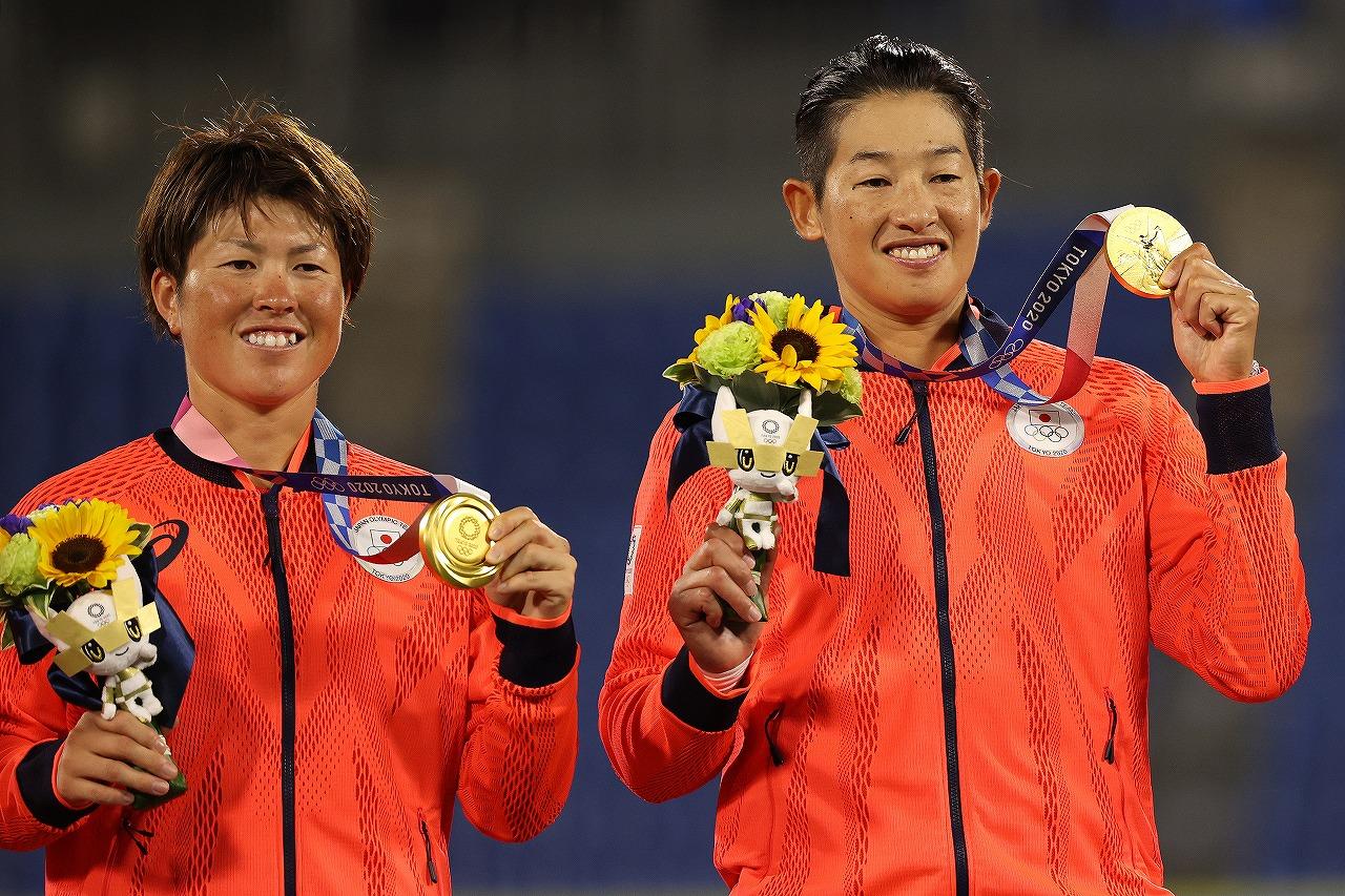 今大会MVPの藤田(左)。尊敬する上野(右)を支える好打を見せた(Getty Images)